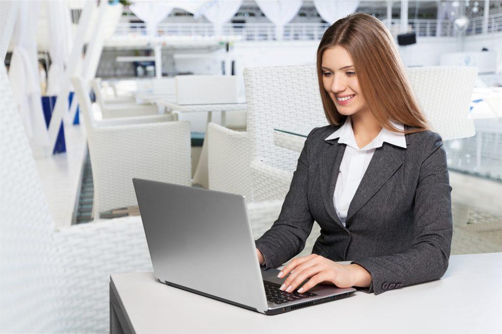 asesora educativa sentada frente a su laptop haciendo una videoconferencia con un estudiante