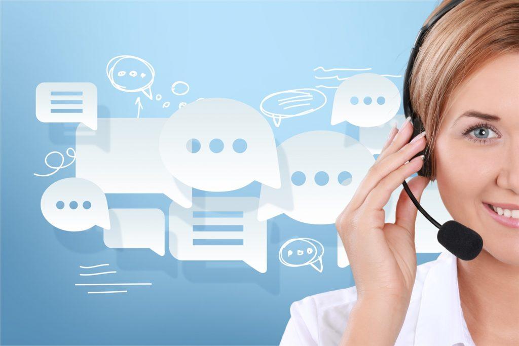 Mujer con audífonos y micrófono de call center rodeada de logos de conversaciones y chats virtuales