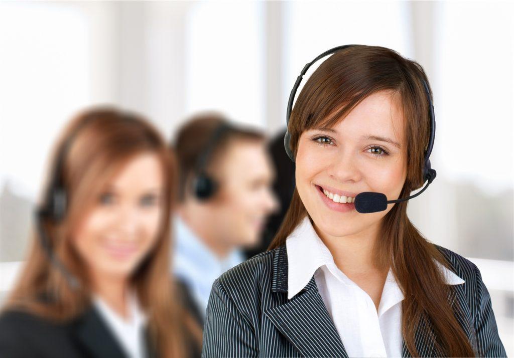 Intérprete virtual sonriendo en una cabina de interpretación frente a sus colegas