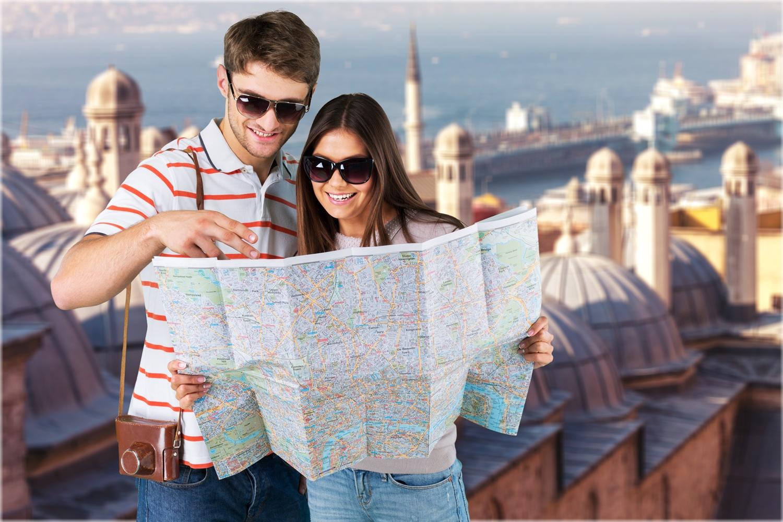 guia turistico virtual ayudando a una turista con un mapa